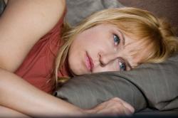 Anica-lezi-zamisljena-u-krevetu-ljubav-i-drugi-zlocini