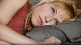 Anica-lezi-zamisljena-u-krevetu-naslovna